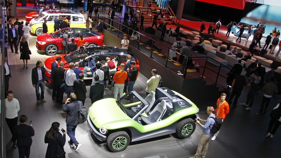 Frankfurtský autosalon letos nezajímal jen automobilky, ale ani návštěvníky. Bylo jich o třetinu méně