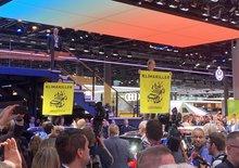 Frankfurtský autosalon pod palbou kritiky. Návštěvu komplikují tisíce demonstrantů