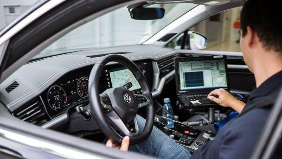 Na návštěvě u ZF. Víte, že v Plzni ladí techniku pro Audi, Mercedes i Jaguar?